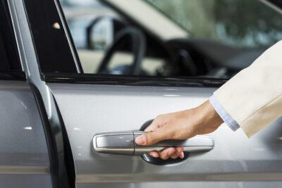 車のドアノブに傷がついた時は?交換方法や費用から修理についても!