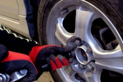 車のタイヤ交換を自分でやる方法・やり方|手順や必要な工具・ジャッキなど