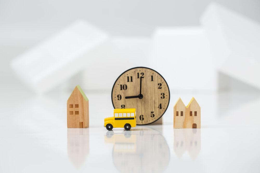 白背景にインテリアデザイン時計模型