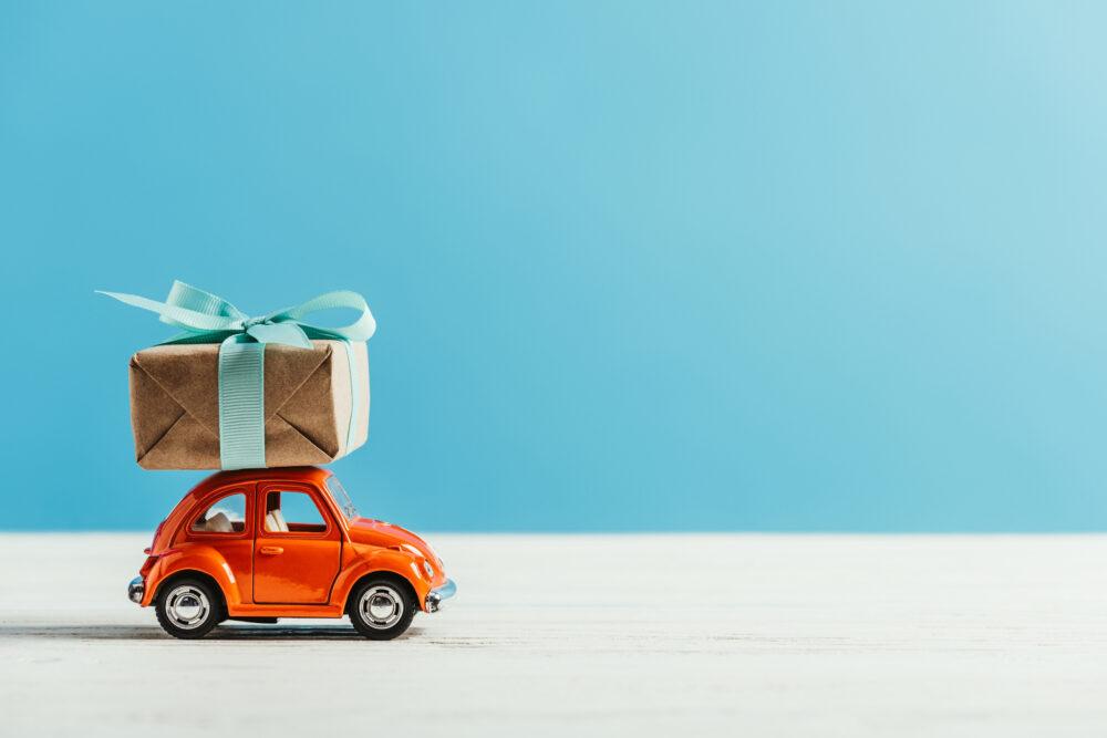 ギフトボックスが乗ったおもちゃの車の画像