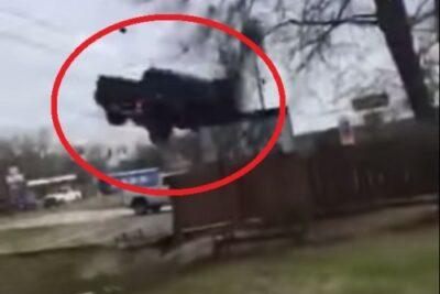 【動画5選】逃走車をパンクさせる「スパイクストリップ」がやばすぎ!命の危険を感じる!