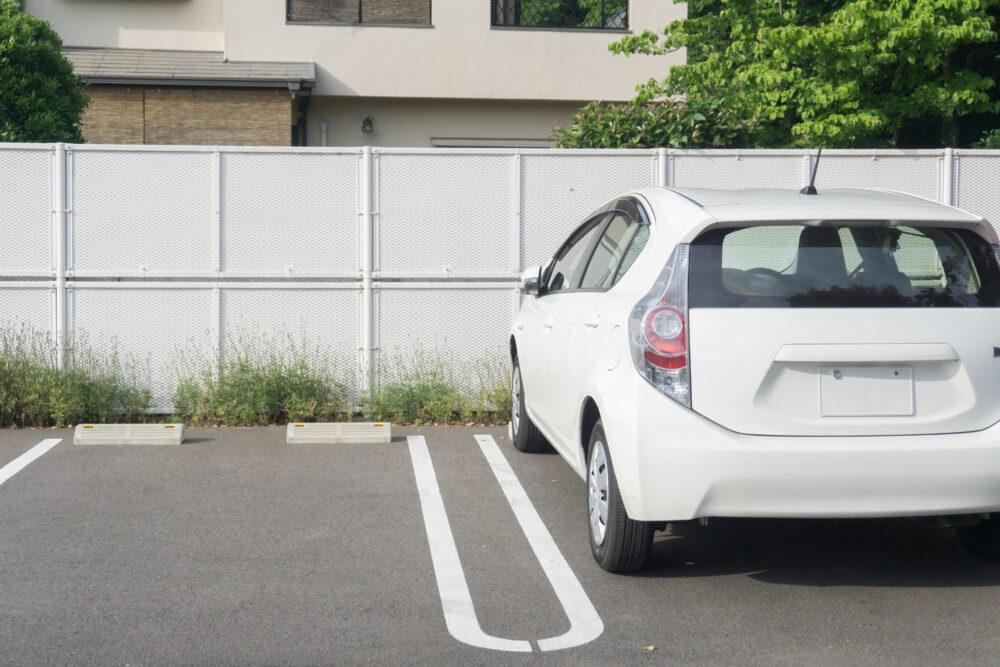 駐車されている白い車