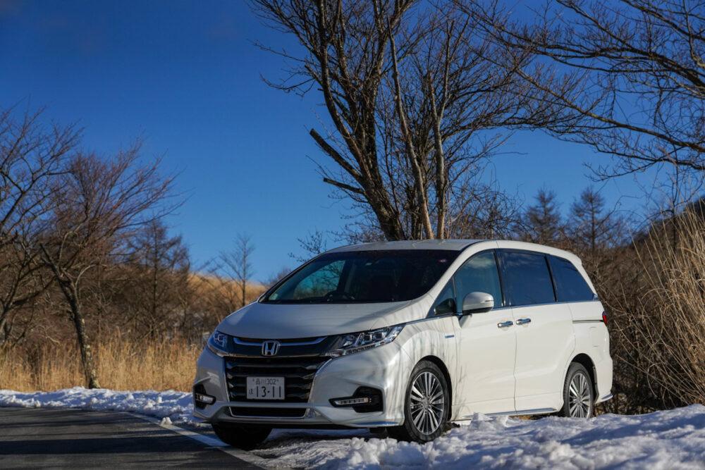 雪の上に停まるホンダ オデッセイ ハイブリッド アブソリュート EX HondaSENSING