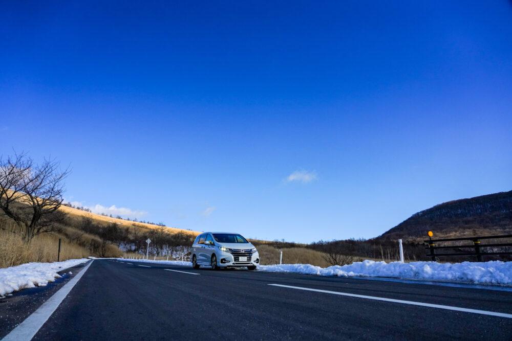 ホンダ オデッセイ ハイブリッド アブソリュート EX HondaSENSING 道端の雪が残る道を走る