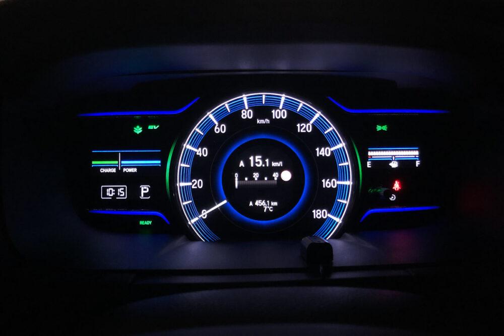 ホンダ オデッセイ ハイブリッド アブソリュート EX HondaSENSINGのメーターパネルに表示される燃費