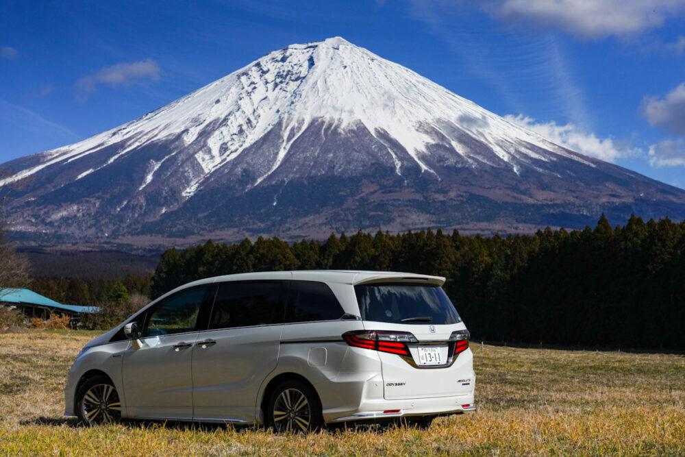 ホンダ オデッセイ ハイブリッド アブソリュート EX HondaSENSING のリアサイド。富士山を背景