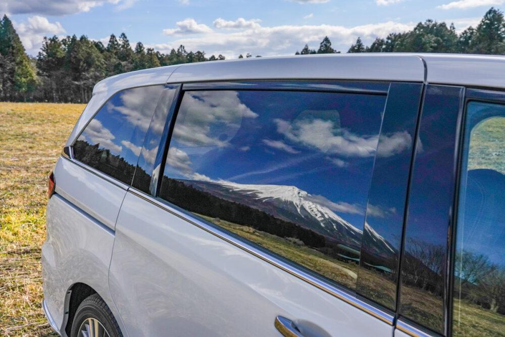 ホンダ オデッセイ ハイブリッド アブソリュート EX HondaSENSING の窓の映り込む富士山
