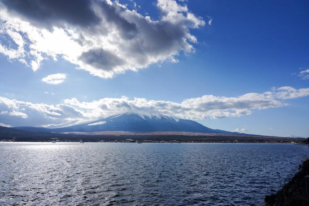 雲に隠れた富士山と山中湖