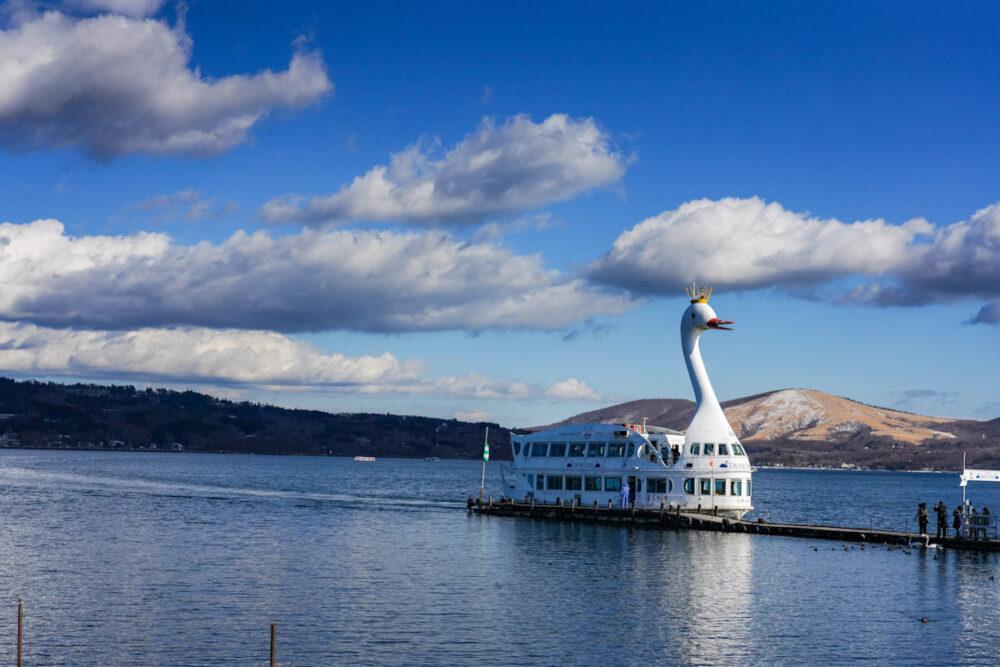 山中湖遊覧船桟橋に停泊する遊覧船「白鳥の湖」