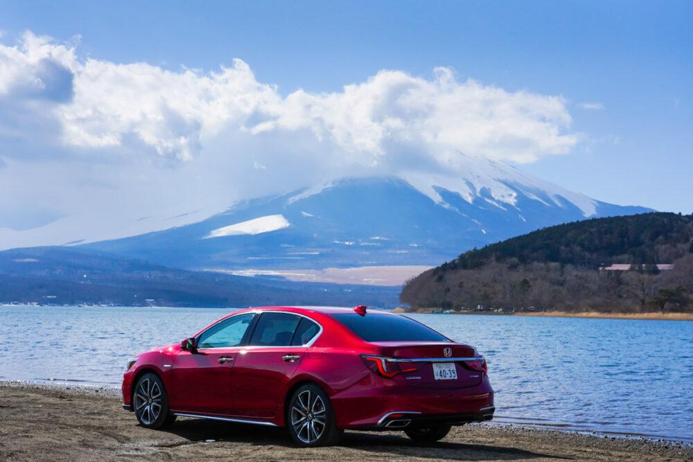 ホンダ レジェンド の後ろ姿、背景は湖と富士山