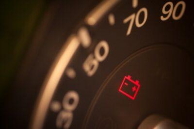 車のバッテリー上がりの対処法は?症状&応急処置とつなぎ方