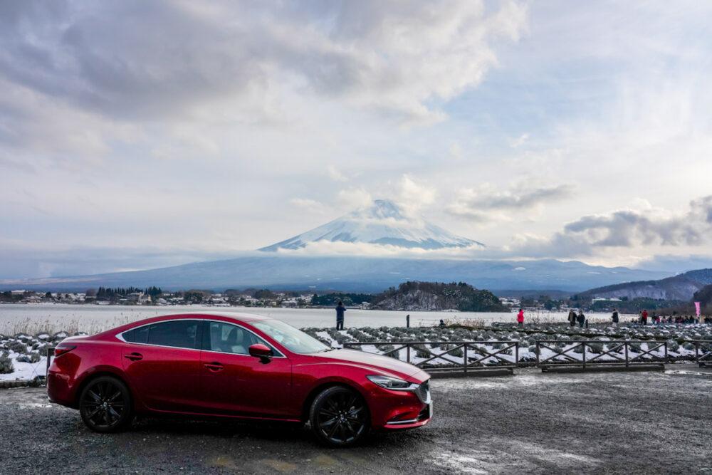富士山と河口湖を背景に撮影したマツダ6