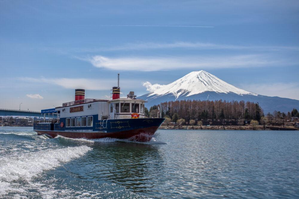 アンソレイユ号。背景は富士山