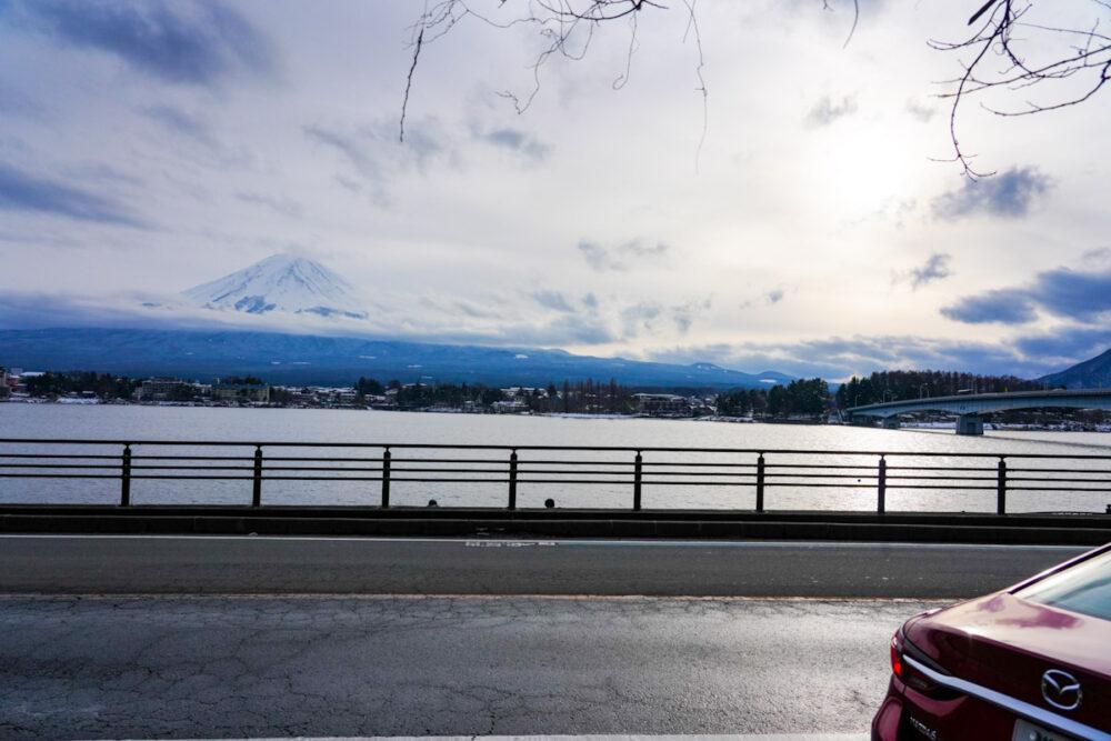 河口湖畔から河口湖と富士山を望む。マツダ6のリアとともに