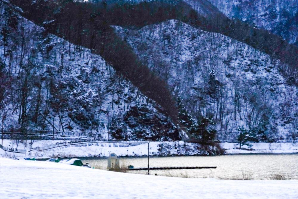 シッコゴ公園と河口湖と雪化粧の山