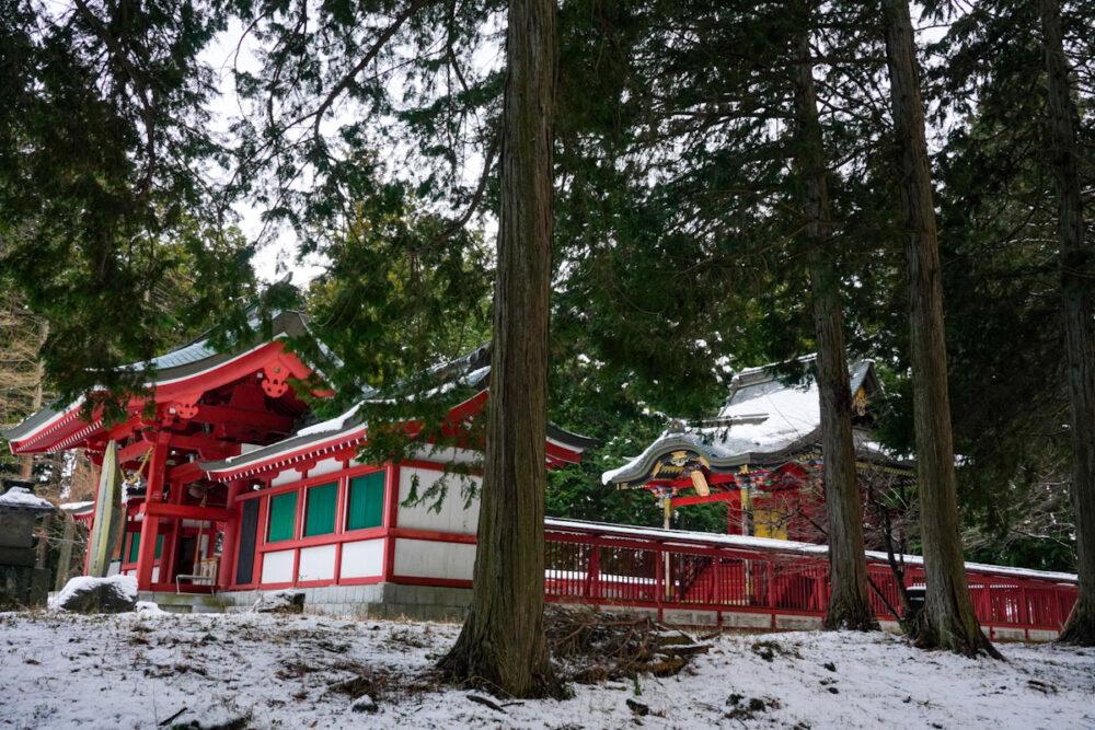 冨士御室浅間神社の本殿と門