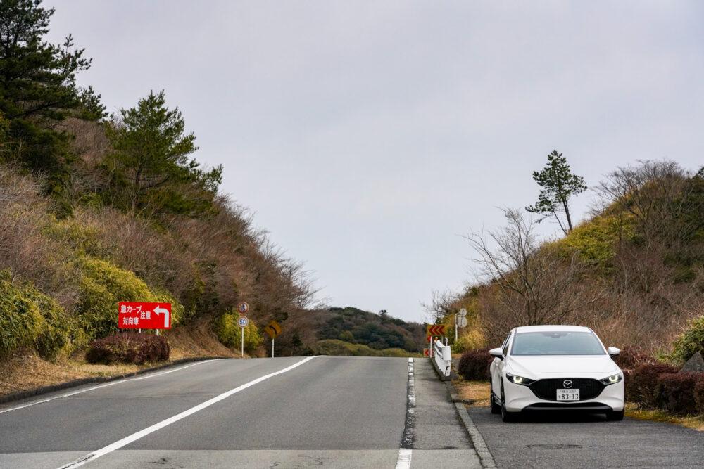 箱根ターンパイクの路肩に停まるマツダ3ファストバック スカイアクティブX