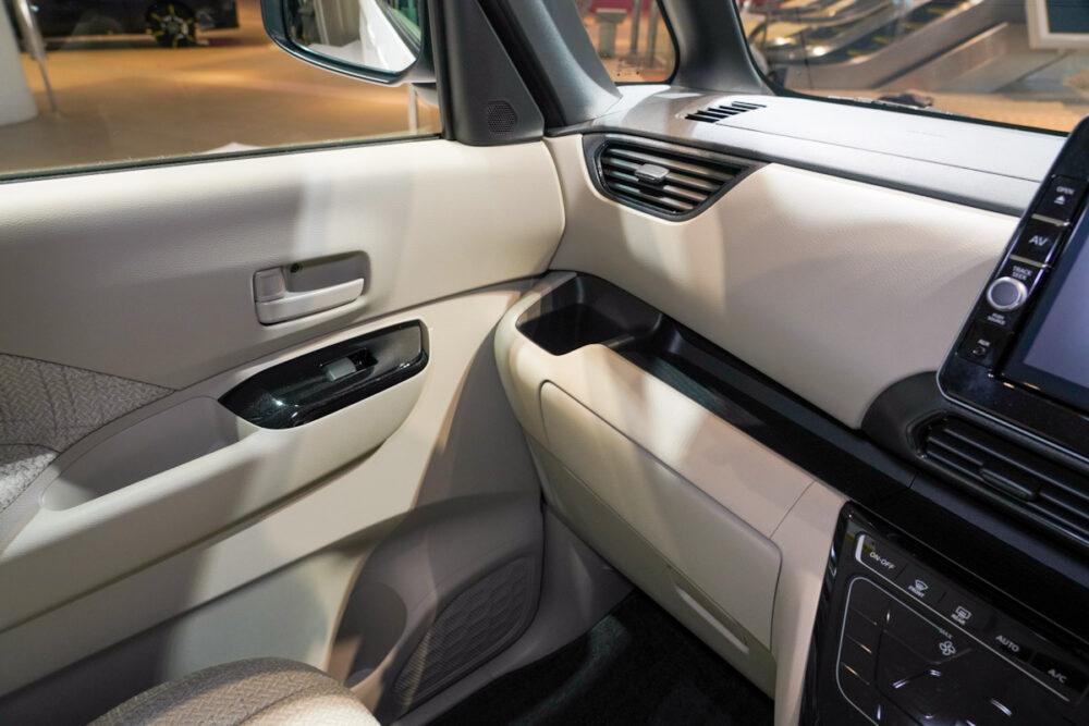 新型日産ルークス スタンダードモデルのインパネ助手席側