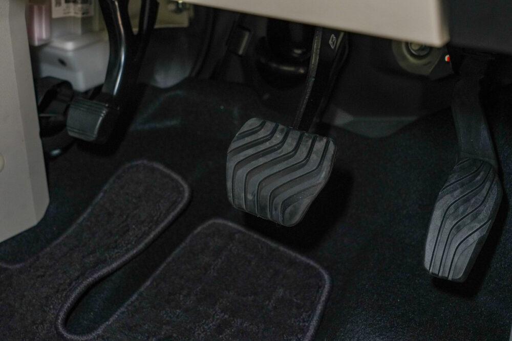 新型日産ルークスの運転席側足元、ペダル