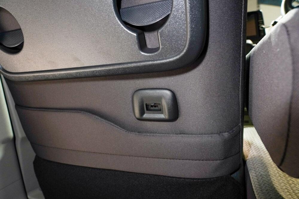 新型日産ルークスのUSB充電ポート。接続部カバーを開口
