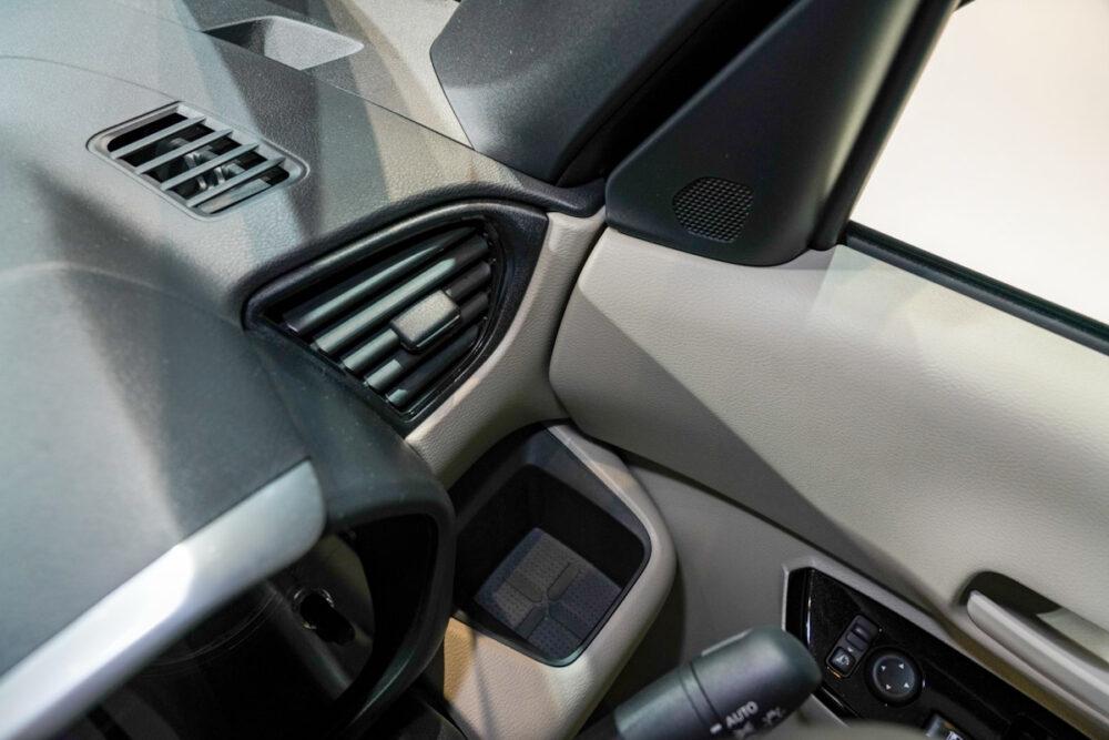 新型日産ルークスの運転席側ドリンクホルダー