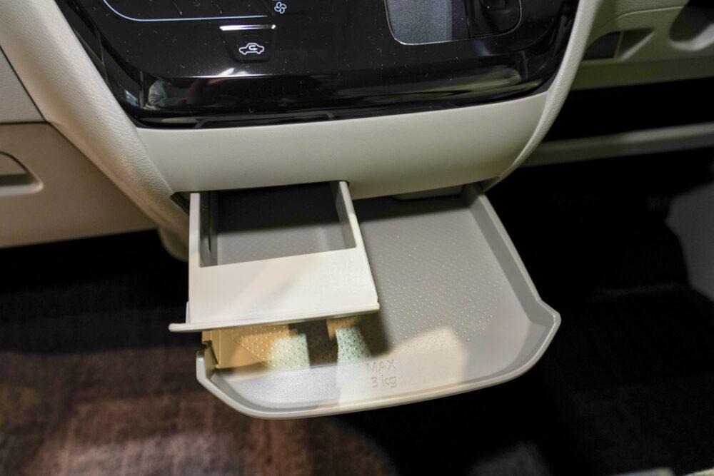 新型日産ルークスのセンターコンソールにある500mlの紙パックが置けるドリンクホルダー