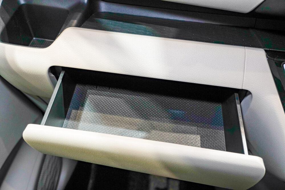 新型日産ルークスの助手席側ダッシュボードのボックスのティッシュペーパーがそのまま入る収納ボックス