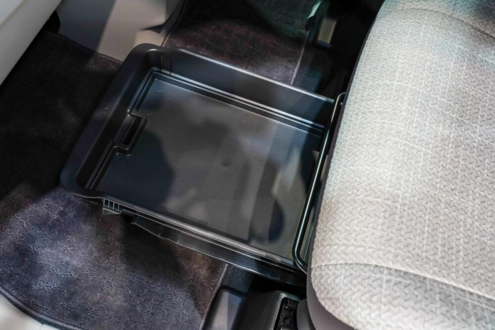 新型日産ルークスの助手席下の2段式収納トレー