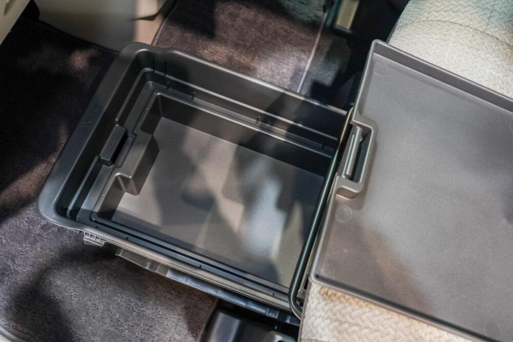 新型日産ルークスの助手席下の収納ボックス内の車検証入れと内蓋
