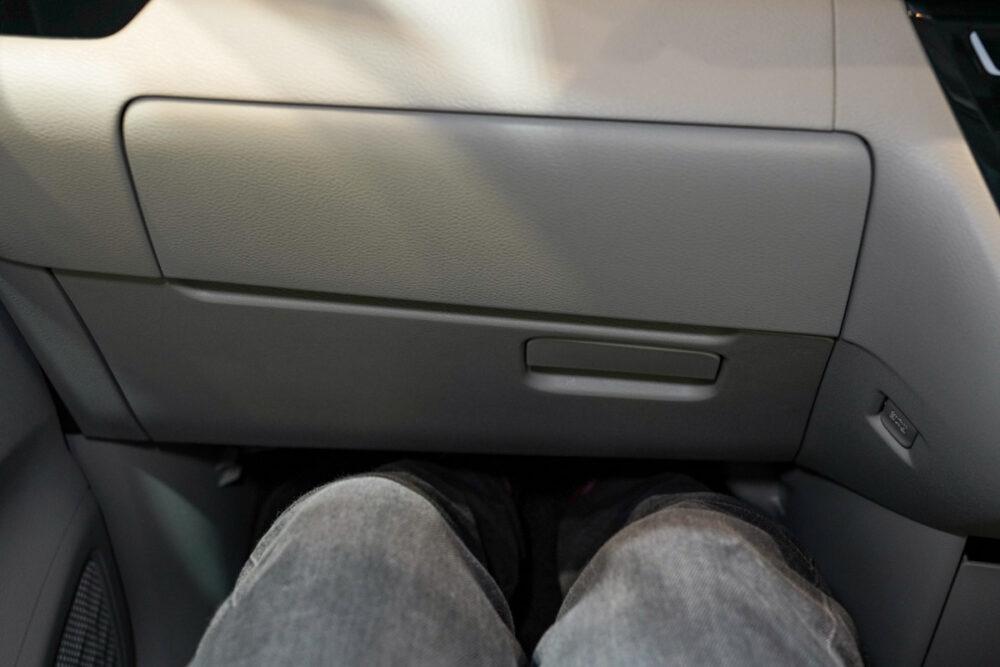 新型日産ルークスの前席に座る足