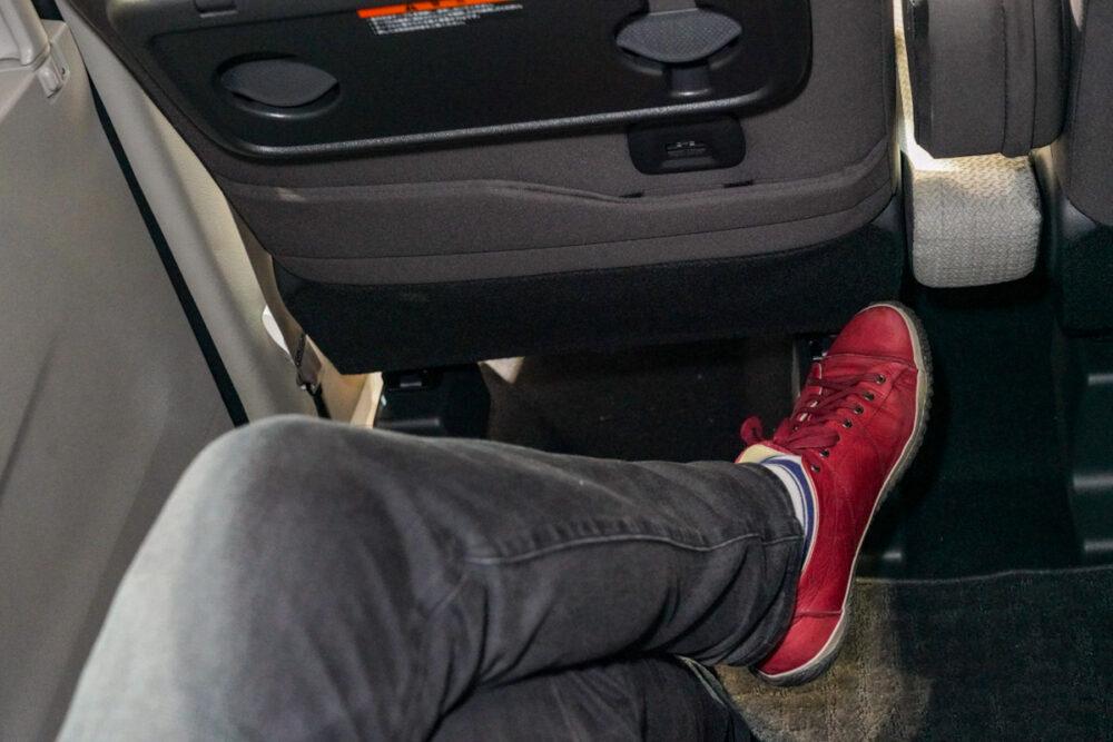 新型日産ルークスの後席に足を組んで座る