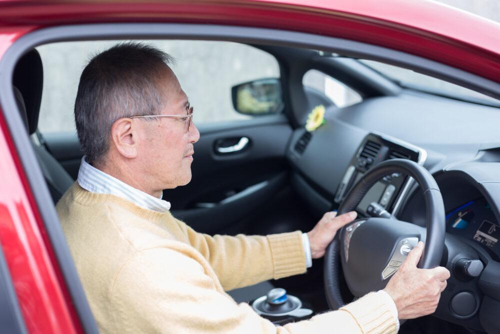 運転するシニアの画像