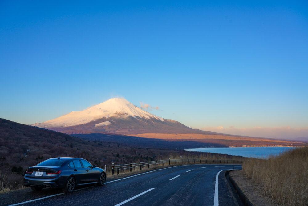 BMW M340i 遠景は富士山と山中湖