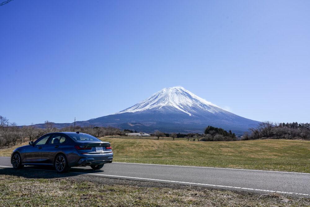 BMW M340i のサイド・リア。富士山を背景