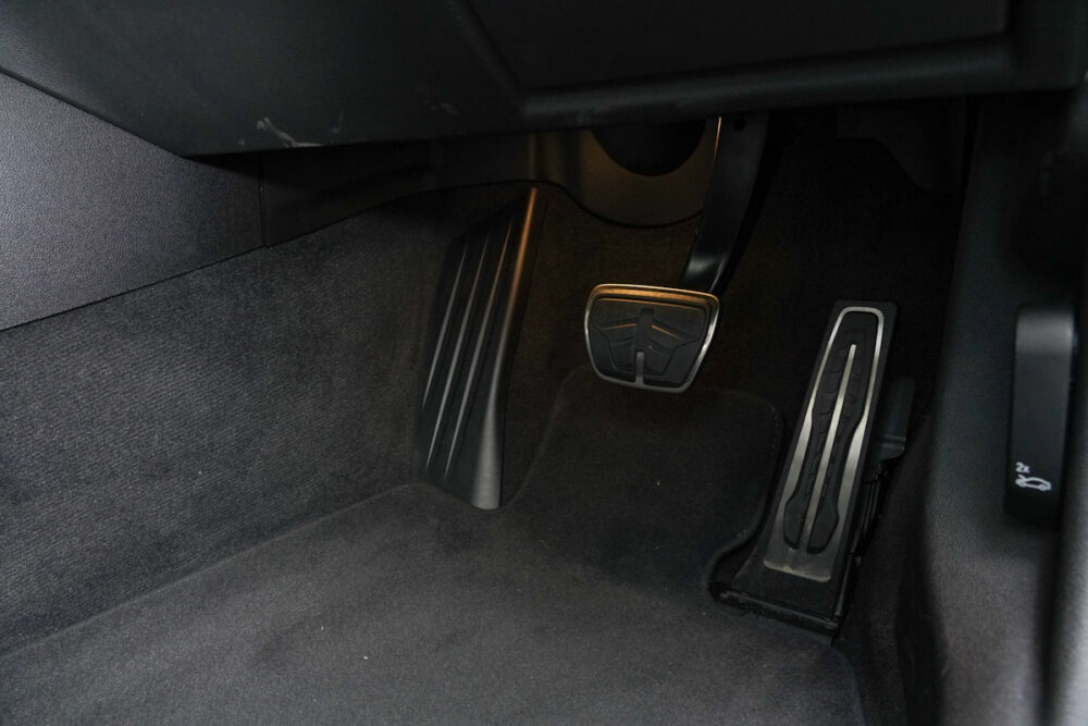 BMW M340iのアクセルペダルとブレーキペダル
