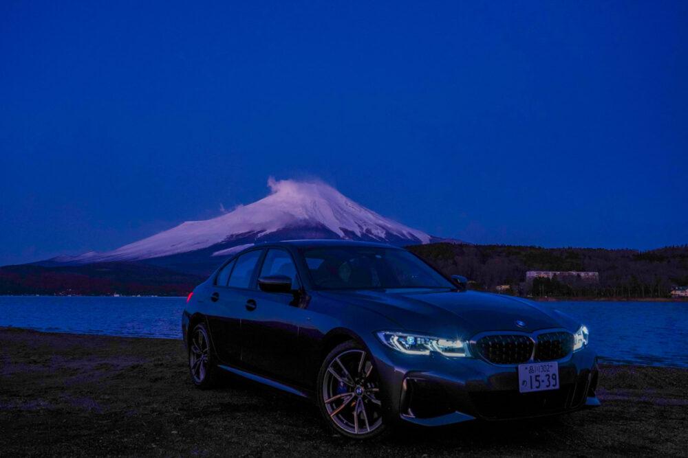 日の出前の山中湖畔で撮影したBMW M340i。背景は富士山