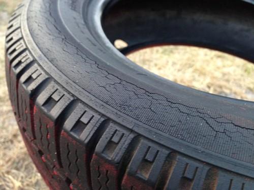 サイドウォールがひび割れたタイヤ