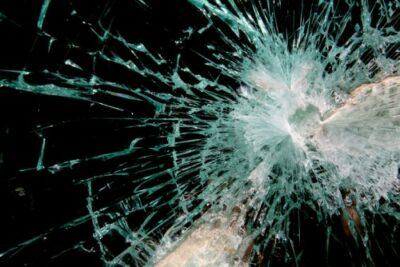 飛び石による窓ガラスの傷は事故扱い!車両保険や修理費用はどうなる?