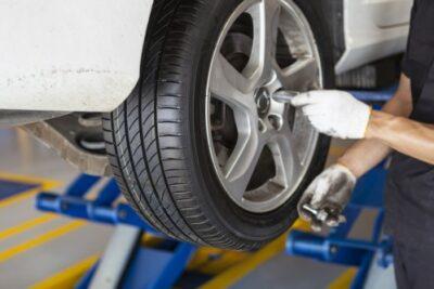 タイヤの交換時期とタイヤ交換料金相場 自分でタイヤ交換をする方法は?