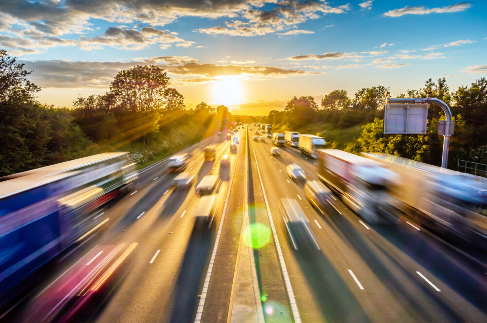 夕暮れ時の高速道路の交通渋滞