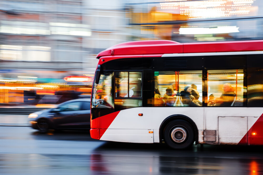 夜の街を走行するバス