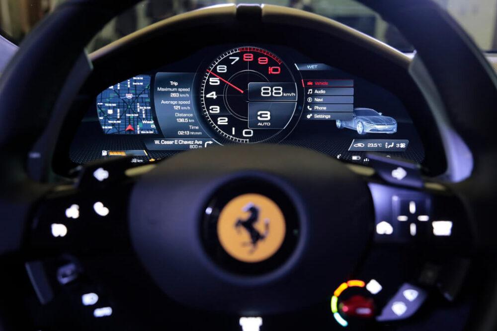 新型フェラーリ ローマ メーター