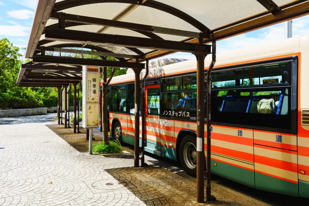 バス停に停車するバス