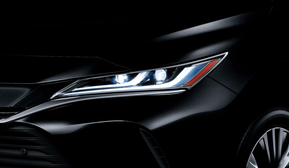 トヨタ新型ハリアー・プロトタイプ LEDヘッドライト点灯状態