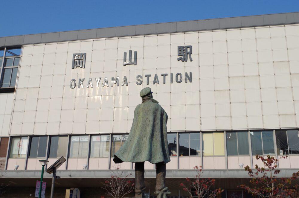 岡山駅と銅像