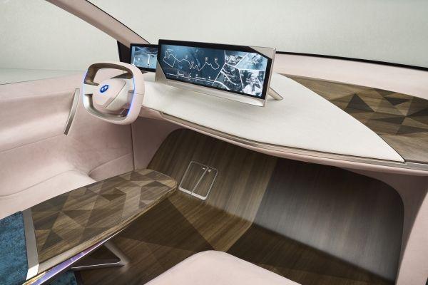 BMW Vision iNextのインテリア。デュアル・ディスプレイが配置されている。