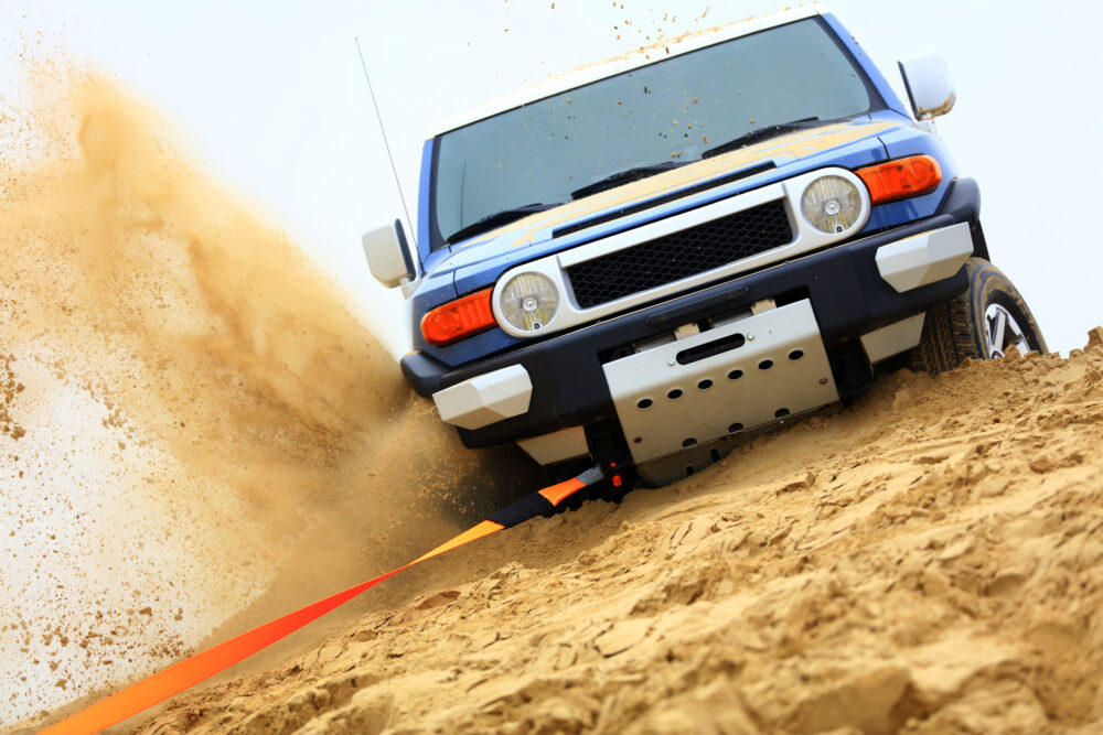 砂漠を走行するSUV