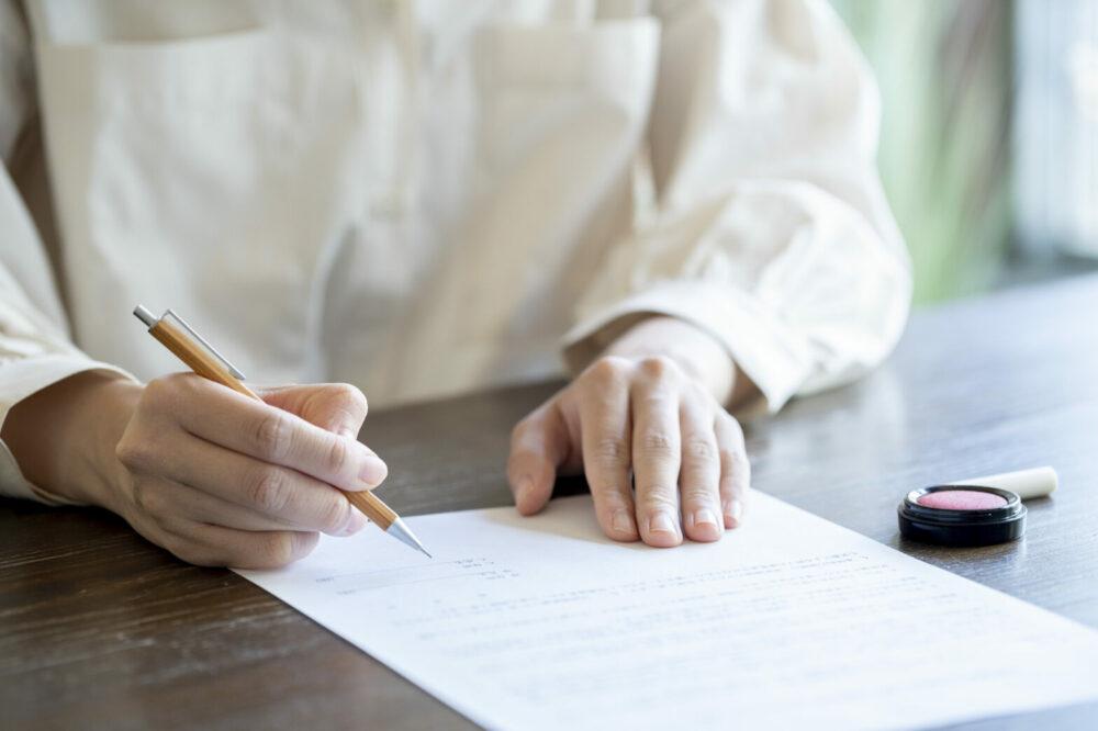 書類にサインする手元