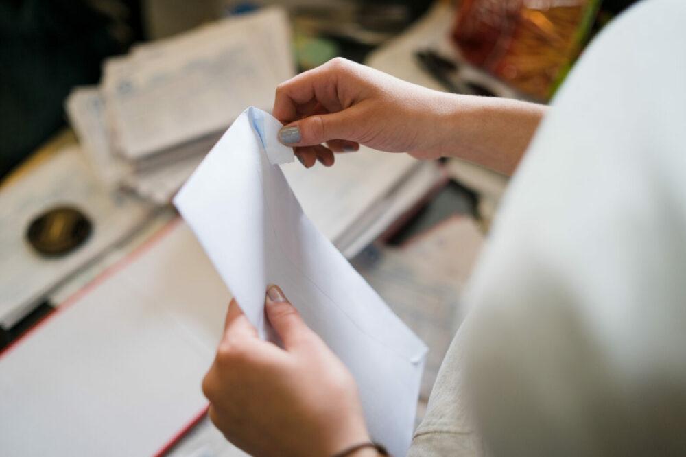 封筒を開ける女性