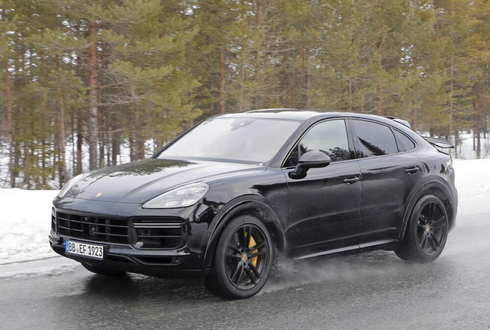 新型ポルシェ カイエン クーペ GTS スパイショット フロント・ボディサイド